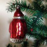 Antieke oude kerstbal van dun geblazen glas een kerstman in 't rood met groene kerstboom jaren 1950