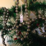 Antieke oude slinger of ketting voor de kerstboom van glas in zilver 167 cm.