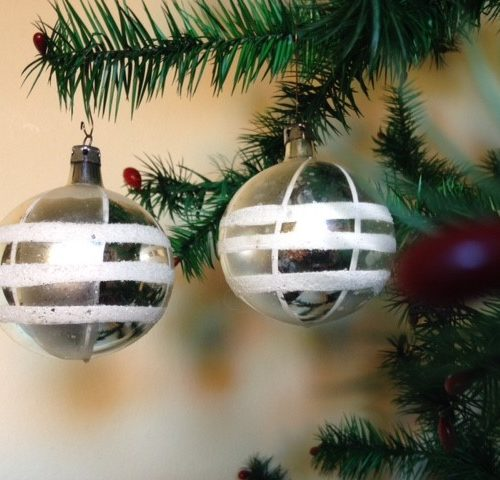 Oude retro kerstbal van dun geblazen glas in zilver met witte ruit uit de jaren 1950