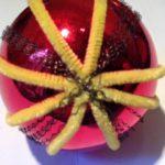 Antieke oude rode bal met draadwerk en geel chenille 1e kwart 1900