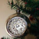 Grote oude antieke Kerst deuk, krater of reflex bal in zilver jaren 1950