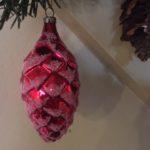 Oude antieke grote Kerst dennenappel van dun geblazen glas in rood midden 1900
