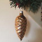 Oude antieke kerstbal dennenappel van dun glas in goud kleur