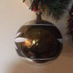 Bijzondere antieke grote kerstbal in zilver en mos groen van dun geblazen glas begin 1900
