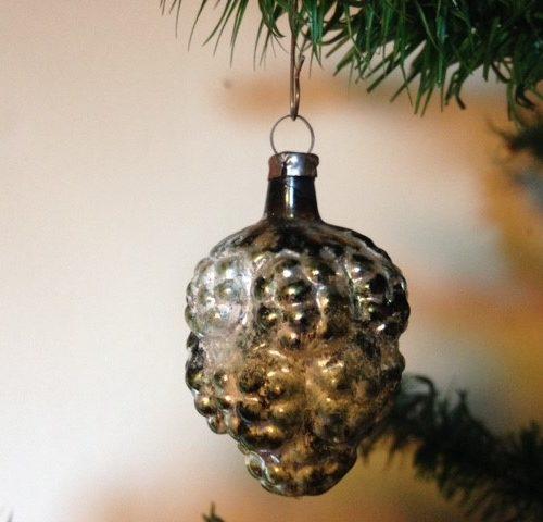 Antieke kerstbal een kleine vrucht een framboos van vliesdun glas rond 1900