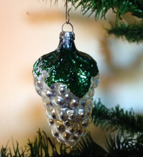 Antieke oude kerstbal een druif met groen blad van dun geblazen glas 1e kwart vorige eeuw