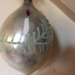 Antieke oude kerstbal van dun glas een druppel in zilver beschilderd met kaars 1e kwart 1900