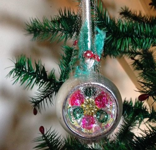Oude hele lange kerstbal van dun geblazen glas met 2 kraters of deuken, versierd met chenille draadwerk en paddenstoelen