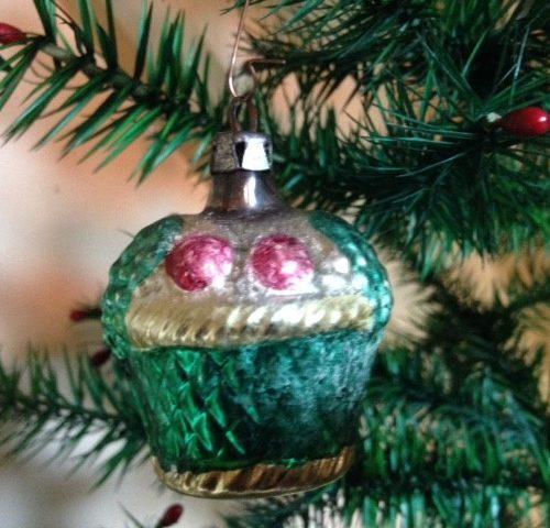 Antieke oude kerstbal een fruit mand van vliesdun glas in groen en rood 1e kwart 1900