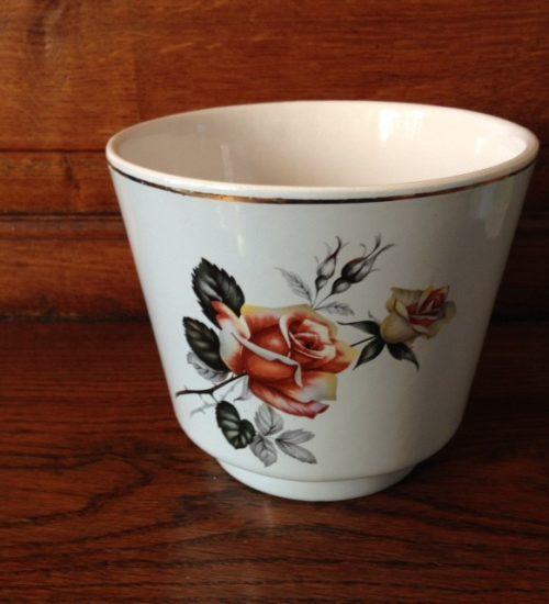 Uit de retro jaren 1960 een bloempot van Frankton Tegelen met een roos