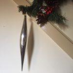 Bijzondere giga lange oude kerstbal pegel van dun glas in zilver 1e helft 1900 (or)
