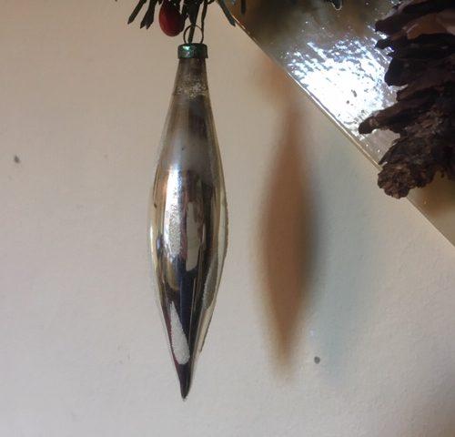 Oude pegel in zilver van dun geblazen glas met sneeuw vlokken en oud patine
