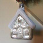 Vintage besneeuwd huis van geblazen glas laatste kwart 1900