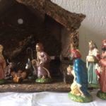 Antieke oude Kerststal met grote antieke papier mache  figuren 1e kwart 1900