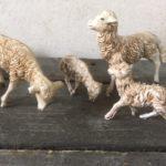 4 oude antieke schaapjes van early plastic uit de jaren 1950-1960