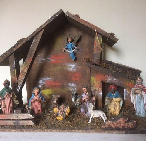 Oude antieke kerststal met 11 early plastic Kerstfiguren uit midden 1900