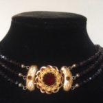 Collier aan gouden slot met zijstukken en granaten aan 3 rijen boerengranaten 3e kwart 1900