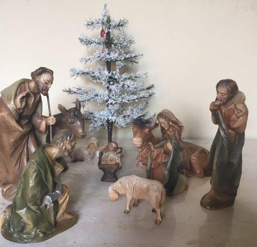 Oude kerstgroep van berkalith polychroom beschilderd