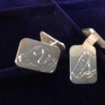 Antieke oude zilveren manchetknopen met gravure van hondenkop en paardenhoofd