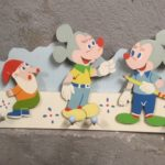 Retro houten kinder kapstok met Mickey Mouse en een kabouter 1960