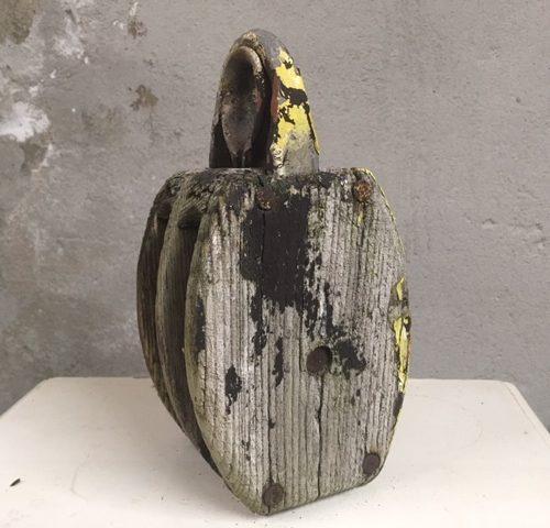 Grote oude industriele scheeps katrol van hout en zink