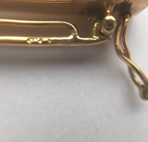 Antieke geelgouden broche in roodleren foudraal een zwaard in schede bezet met 33 roosgeslepen diamanten.