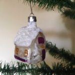 Oud antiek huis van dun geblazen glas in zilver met mooie patine, geel en paars beschilderd