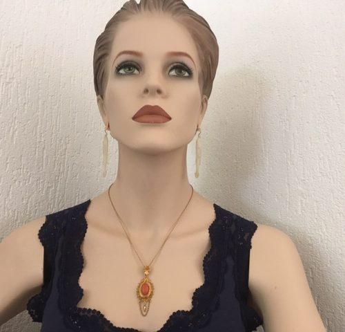 Lieflijke 14 karaat gouden hanger met filigrain en grote bloedkoraal aan  collier