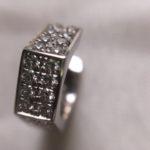 Elegante zeshoekige creolen van 14 kt. witgoud met 0,50 ct. briljant geslepen diamant