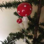 Oude antieke kerstbal giga grote paddenstoel met kleintje op 1 veer of klem midden 1900