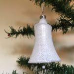Oude antieke kerstklok van dun geblazen glas  in zilver met matte glans jaren 1950