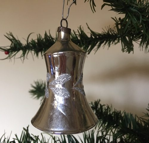 Oude antieke kerstklok van dun geblazen glas in zilver midden 1900