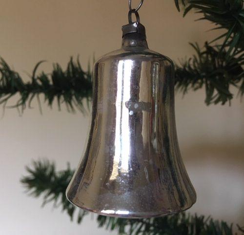 Oude antieke kerstklok van dun glanzend zilver glas uit midden 1900