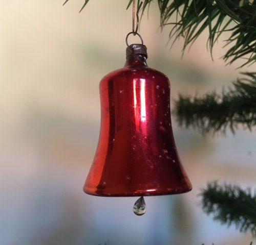 Antieke rode mini kerstklok van dun geblazen glas uit het begin van 1900