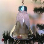 Oude besneeuwde kerstklok van geblazen glas uit het laatste kwart van de vorige eeuw