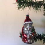 Antieke oude kerstman van dun geblazen glas in rode outfit begin1900