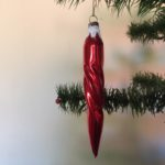 Oude antieke getordeerde  kerst pegel in rood jaren 1950