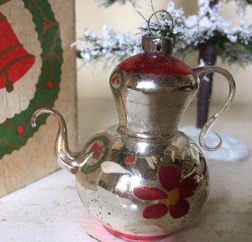 Antieke oude theepot van heel dun geblazen glas in zilver en rood begin 1900