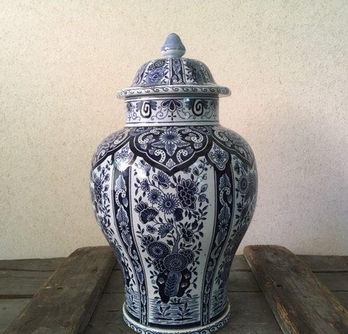 Antieke aardewerk dekselvaas van Regout Maastricht in polychroom blauw voor 1900