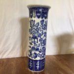 Antieke rolvaas van Regout Maastricht decor van kostbaarheden in polychroom blauw