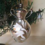 Antieke oude kerstbal in zilver van dun geblazen glas een amphora of kan van rond 1900