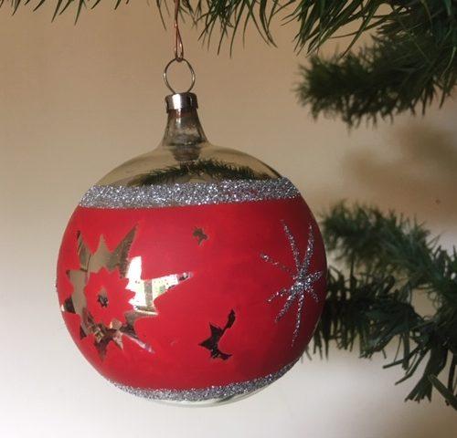 Bijzondere oude kerstbal uit de seventies van dun geblazen glas in zilver en rood