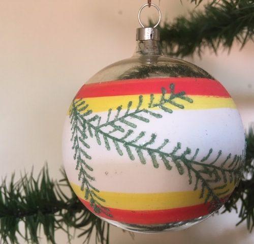 Oude retro kerstbal met brede band in wit, geel, oranje en versierd met dennentakjes