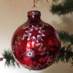 Oude rode kerstbal met discoflitsen van geblazen glas uit de jaren 1970