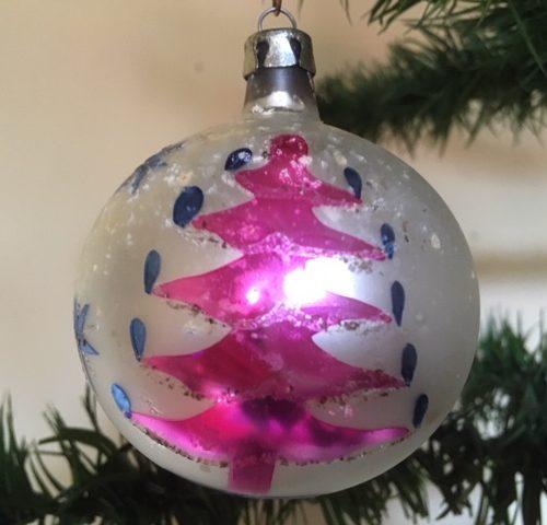 Oude retro kerstbal van dun geblazen glas in blauw en roze