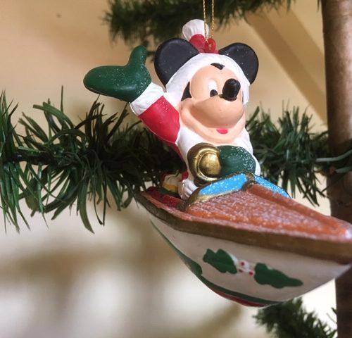Vintage kunststof kerstfiguur van the Walt Disney Co Mickey Mouse in een bootje