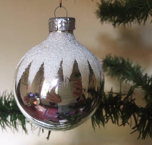Oude kerstbal van geblazen glas met een ster van sneeuw jaren 1960-1970