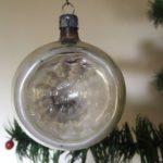 Antieke krater kerstbal van dun geblazen glas in prachtig gepatineerd zilver uit begin 1900