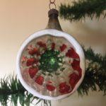 Antieke oude krater of reflexbal van dun geblazen glas in rood en groen