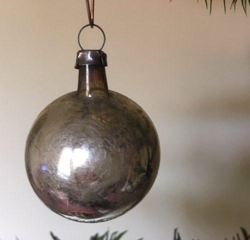 Antieke kraterbal van vliesdun geblazen glas en gelatine verf beschilderd voor 1900